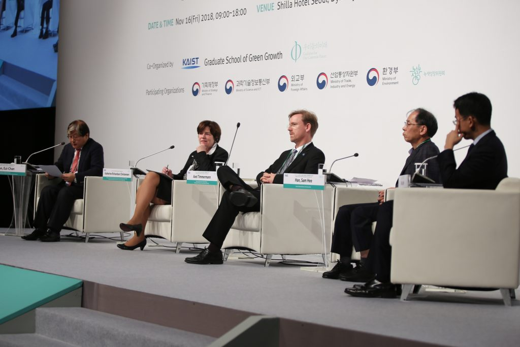 Axel Timmermann (middle) during the Climate-Energy Conference